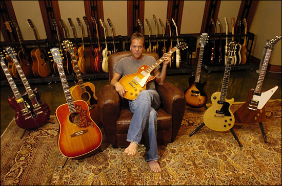 Kiefer Sutherland, grand amateur de guitares