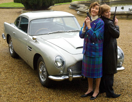 Lois Maxwell devant l'Aston Martin DB5 de James Bond