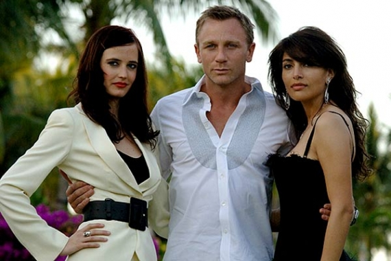 007 (Daniel Craig) entouré de ses James Bond Girls (Eva Green et Caterina Murino)