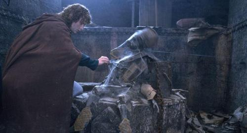 Pippin (Billy Boyd) dans la tombe de Balin