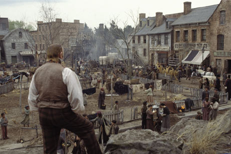 Brendan Gleeson de dos surveillant les Five Points dans Gangs of New-York, de Martin Scorsese