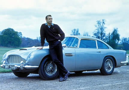 James Bond (Sean Connery) et la fameuse Aston Martin DB5 sorti des usines Q