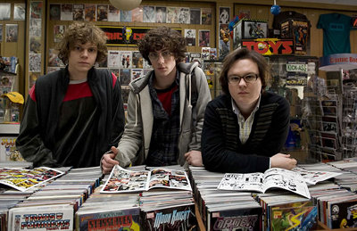 Evan Peters, Aaron Johnson et Clark Duke dans Kick-Ass de Matthew Vaughn