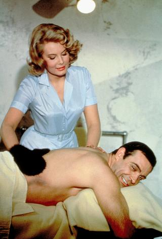 Molly Peters et Sean Connery dans Opération Tonnerre de Terrence Young