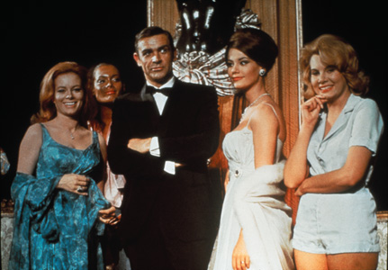 Luciana Paluzzi, Martine Beswick, Sean Connery, Claudine Auger et Molly Peters: le charme d'Opération Tonnerre