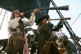le Capitaine Barbossa (Geoffrey Rush) et le Capitaine Sparrow (Johnny Depp) : lequel a la plus grosse?